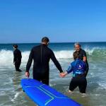 Partage d'une séance d'entrainement de surf de l'Association M en Rouge et Handi-Surf, à la plage océane Testerine de la Salie